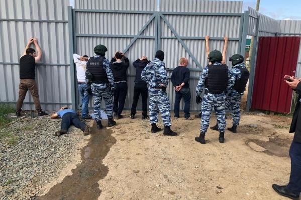 Сотрудники ФСБ и полиции задержали семерых работников