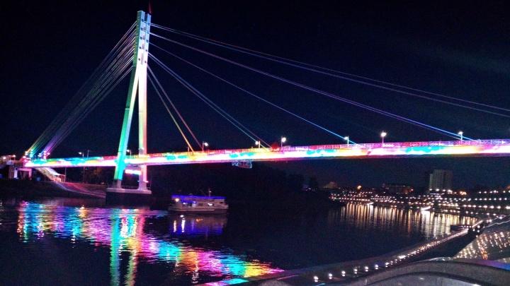 Сверкает в ночи разноцветными огнями: во сколько бюджету Тюмени обходится подсветка Моста влюблённых