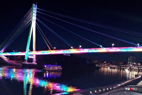 Около 500 небольших светильников обеспечивают подсветку любимого многими тюменцами Моста влюбленных. Основных режимов подсветки два— праздничный и будничный (он же— экономрежим)