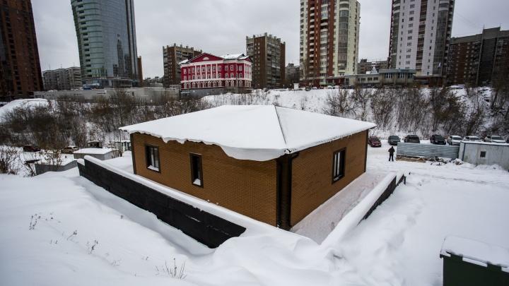 Изба вместо стоянки: на Красном проспекте построили странное здание
