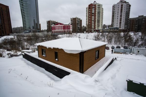 Одноэтажное здание построили на участке для автостоянки