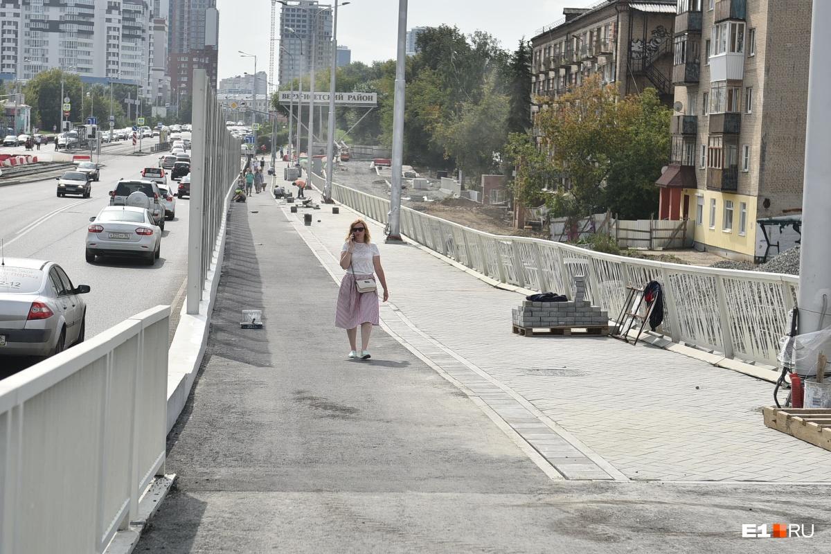 Слева велодорожка, справа — пешеходная дорожка