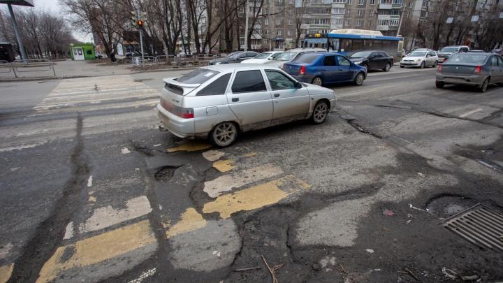 Покрышки лопаются, колёса летят: смотрим, как челябинские дороги (не) пережили зиму