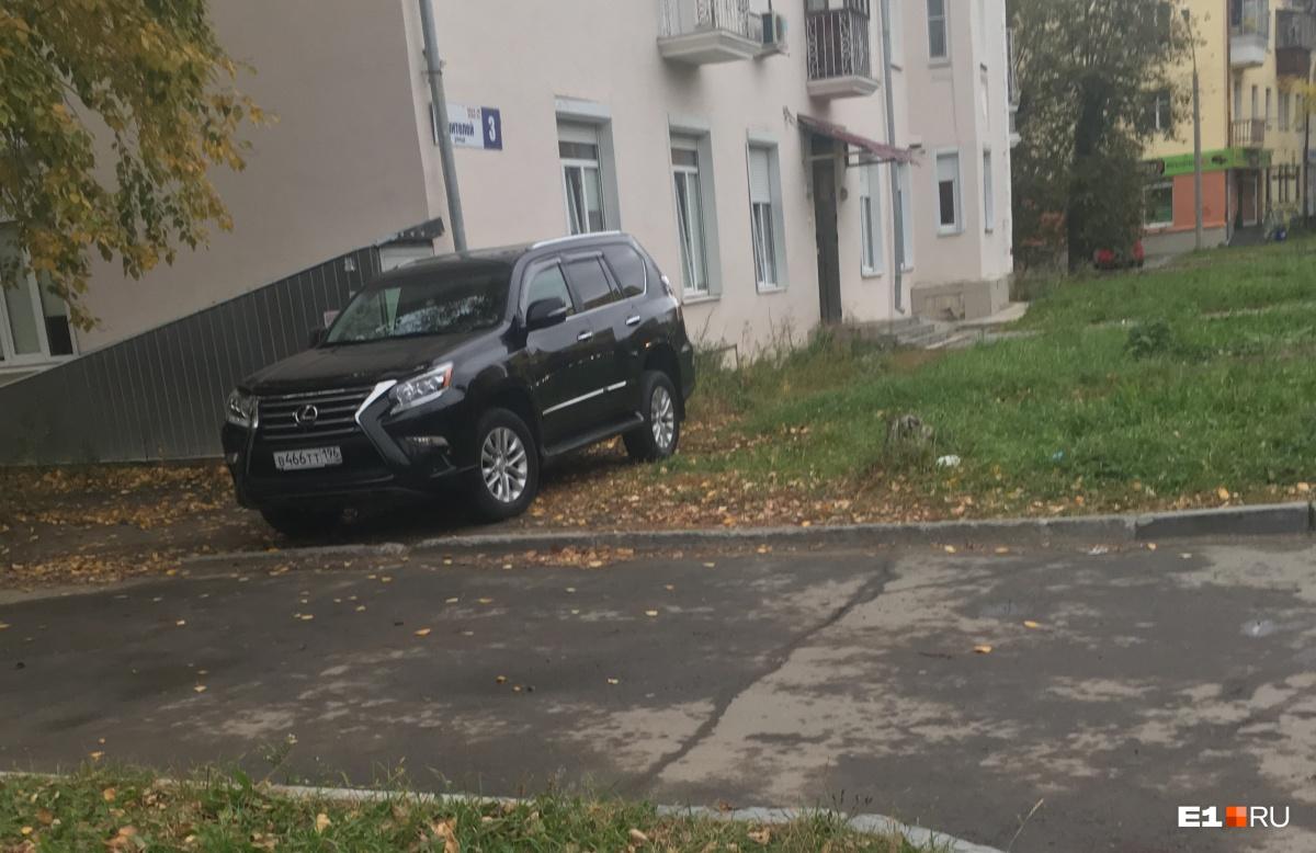 «Я паркуюсь как...»: старт сезона гряземесов, инвалид в круге и бесполезный забор