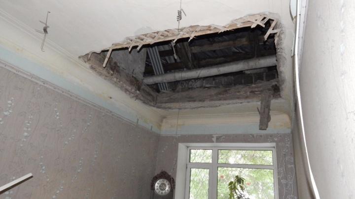 Попросили мусор не убирать: спецкомиссия проверит крышу дома на Эльмаше, где обрушилось перекрытие