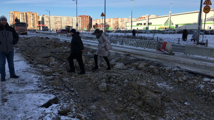 В Тюмени срыли пешеходный переход между двумя торговыми центрами