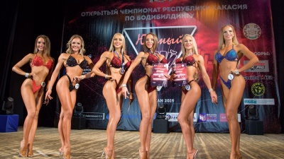 «Сочные тела»: любуемся формами победительниц красноярского турнира по фитнес-бикини