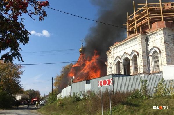 Церковь охватил огонь