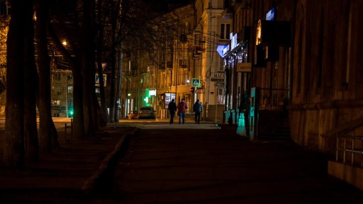 Челябинцам устроили тёмную: разглядываем (с трудом), как освещают улицы города зимой