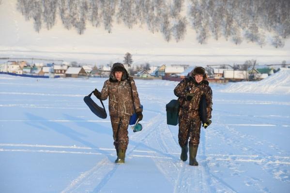 Паша (справа) считает, что рыбачить можно везде, где есть вода