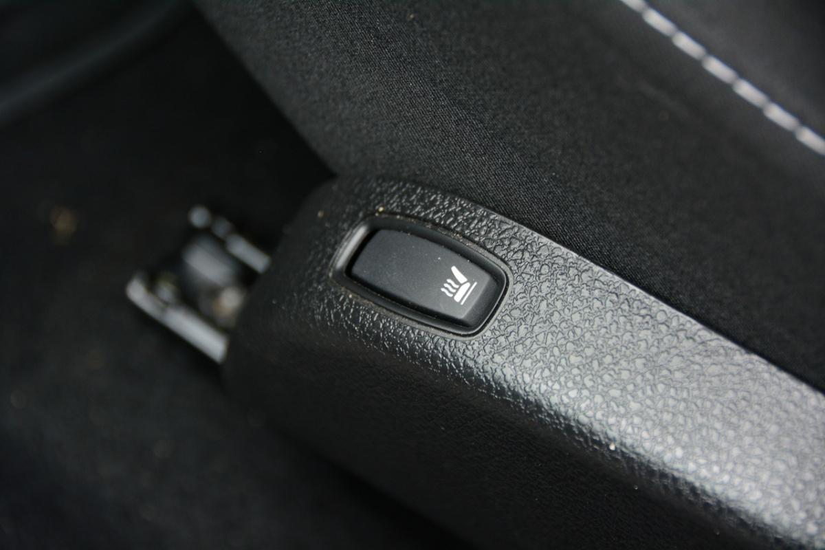 Слепая кнопка подогрева сидений на боковине кресла неудобна
