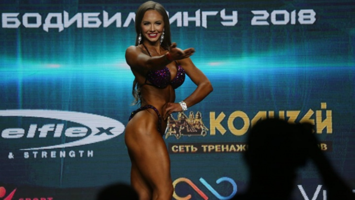 Любуемся подтянутыми красотками с чемпионата по бодибилдингу в Красноярске