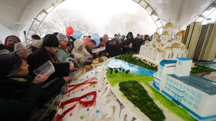 Как 20 тысяч екатеринбуржцев помолились и разделили гигантский кулич: онлайн-репортаж