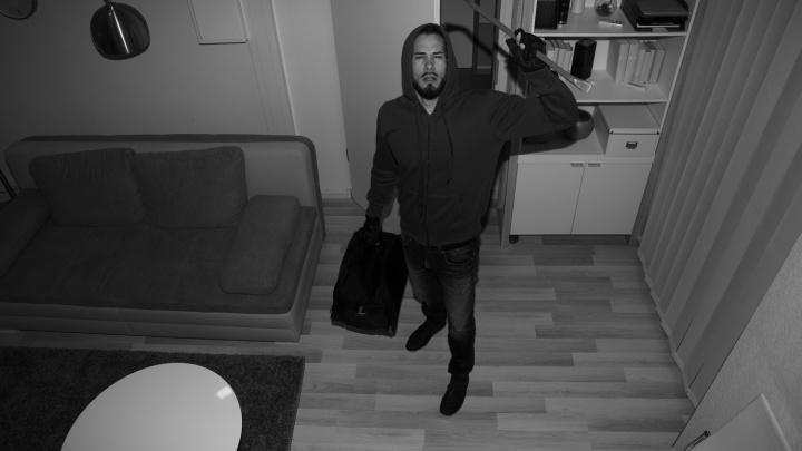 Омич застал в собственной квартире вора