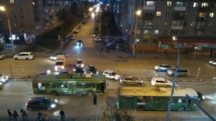 Видео: искрящийся троллейбус парализовал движение на проспекте Дзержинского