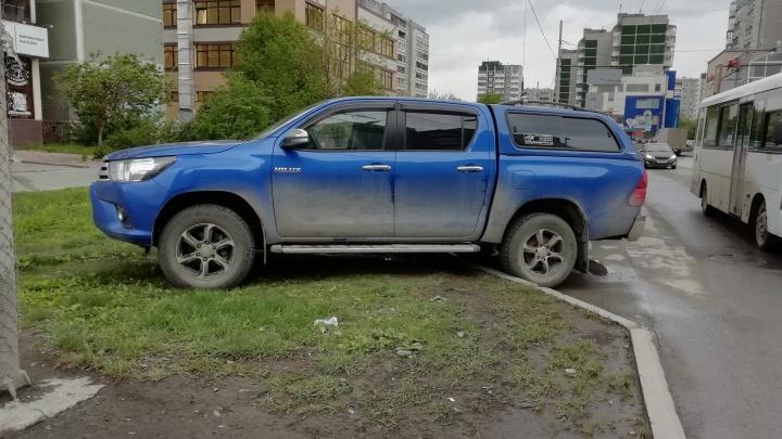 «Я паркуюсь как...»: квартальные против гряземесов и первые итоги борьбы за газоны