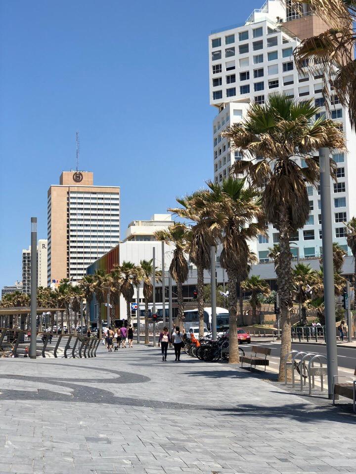 Набережная Тель-Авива — семья живет рядом с этим городом