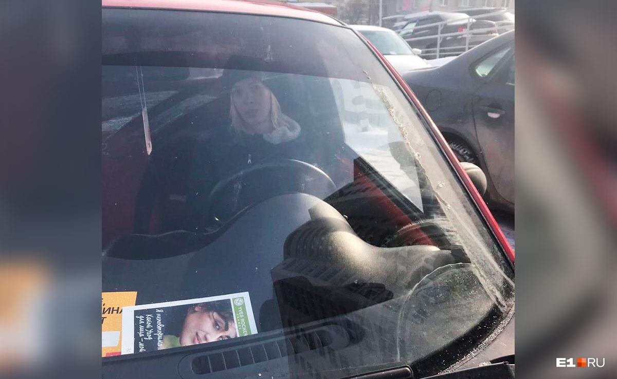 Елена Шулятикова после драки села в машину. Когда Дарья начала ее фотографировать, она наехала на женщину