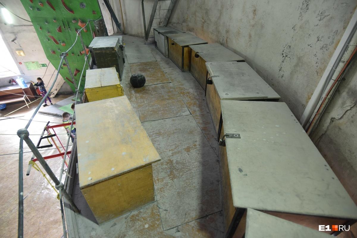 В старых ящиках хранят оборудование
