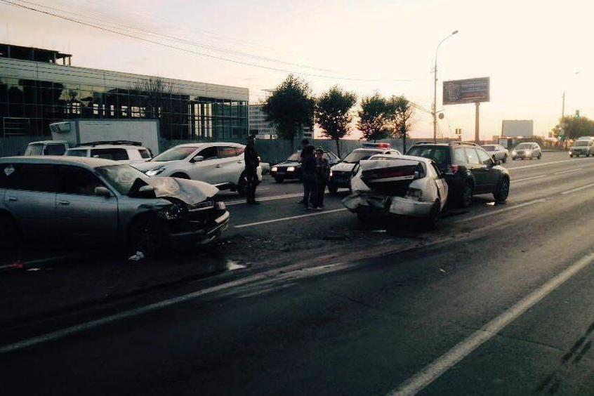 Три автомобиля попали вДТП наБольшевистской вНовосибирске