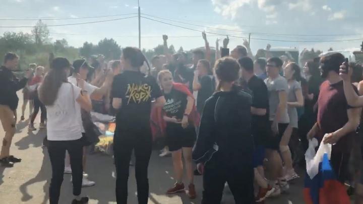 Шесть автобусов под завязку: молодежь из Екатеринбурга помчалась на концерт Макса Коржа в Челябинске