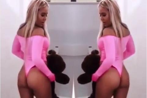 В качестве партнера по танцам Мария выбрала плюшевого медведя