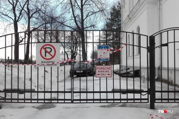 Парковку для«Порше» на Волжской набережной заметили читатели 76.RU