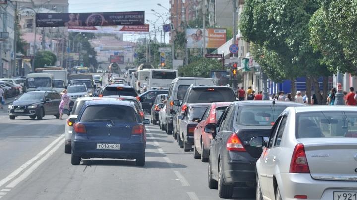 «Въезжаю во врата ада»: в предпраздничный день Екатеринбург встал в девятибалльных пробках