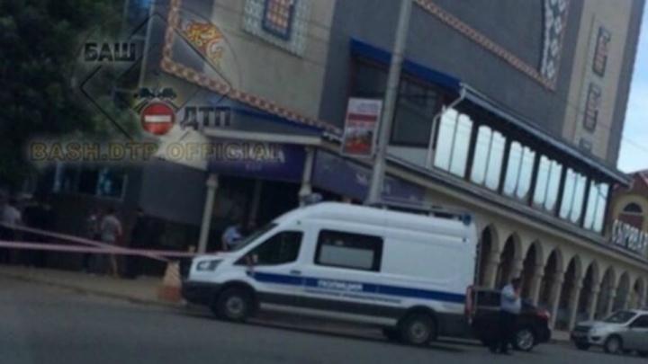 В Уфе компания людей напала на полицейского, у него отобрали табельное оружие