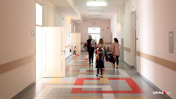 750 детей мерзнут на улице: в Уфе эвакуировали школу из-за сработавшей пожарной сигнализации