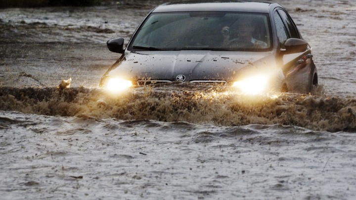 Группа разбора: как проехать по глубокой луже после дождя, а если утонул — засудить мэрию
