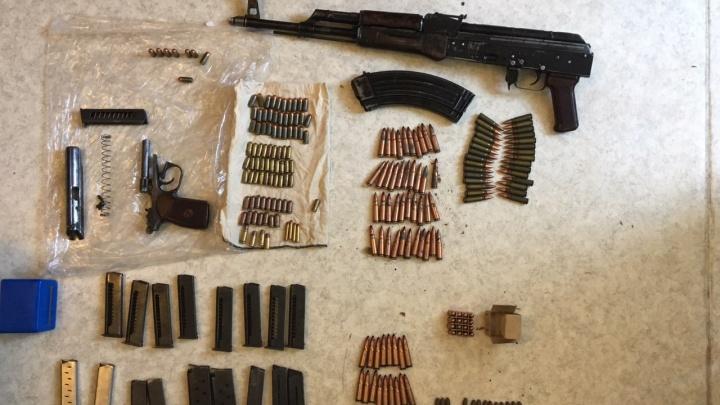 Тротиловая шашка с калашом: в Самарской области накрыли домашний склад с оружием