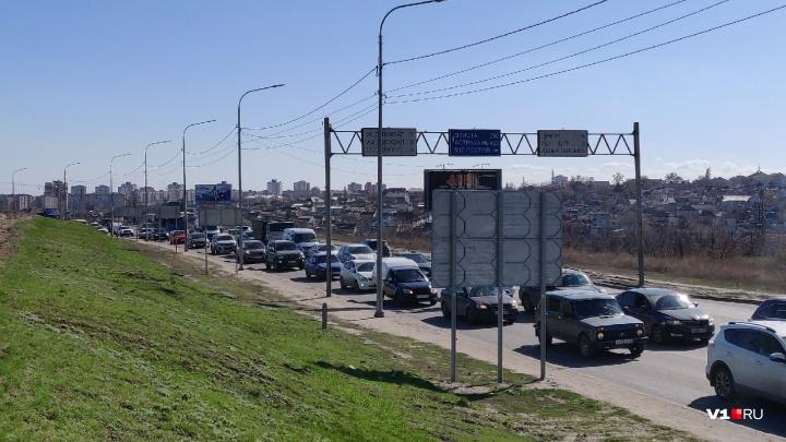 В Волгограде авария фуры и иномарки привела к гигантской пробке на Второй Продольной: фоторепортаж