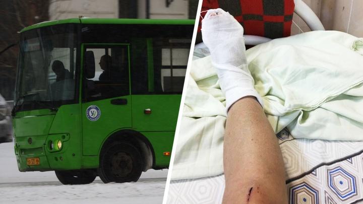 Двери внезапно открылись: в Екатеринбурге пенсионерка выпала из переполненной маршруткина ходу