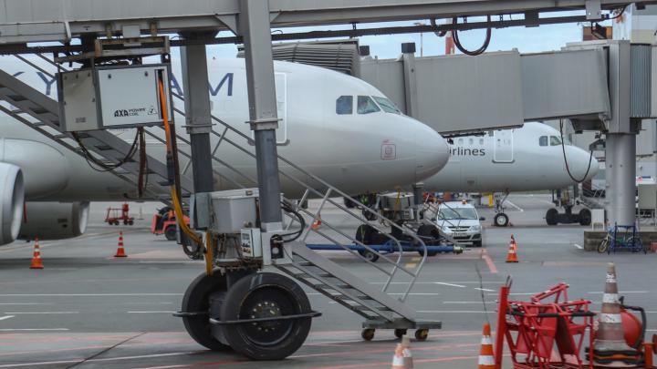 Пассажирский лайнер с отказавшим двигателем совершил экстренную посадку в Уфе
