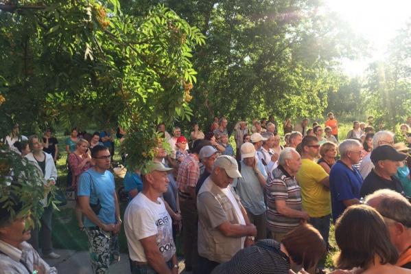 Более 300 человек пришло на пустырьна углу ул. Демакова и Российской, чтобы защитить его от застройки