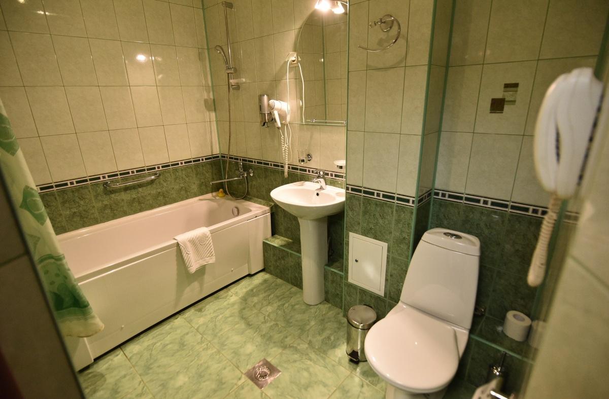 В каждом номере есть душевая кабина, ванна или джакузи, туалет, фен, набор полотенец и одноразовая парфюмерия