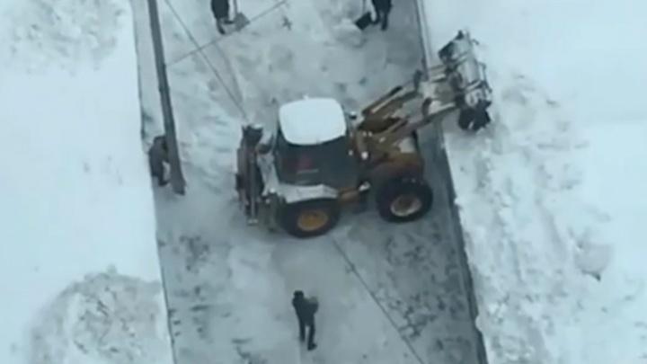 В Уфе тракторист сложил убранный снег на крышу гаражей, очевидцы сняли видео