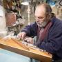 «Только за скрипку Страдивари я не взялся»: волгоградский мастер делает гитары для Deep Purple