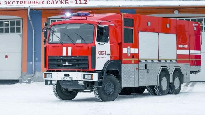 В Екатеринбурге из-за горящей машины в подземном паркинге спасатели эвакуировали жителей дома