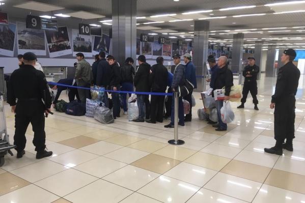 Мигрантов отправили на родину по решению суда