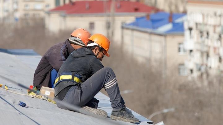 Сделай сам: жители Волгоградской области ремонтировали крышу вместо бесследно пропавших рабочих