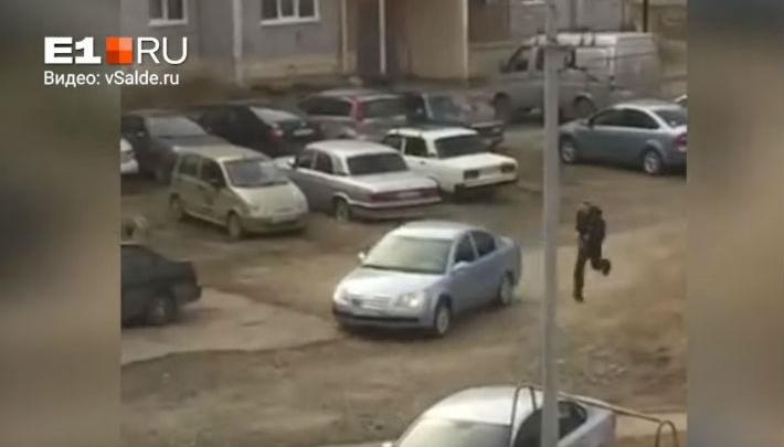 На Урале инспекторы ДПС гонялись за пьяным водителем по двору и детским площадкам: видео