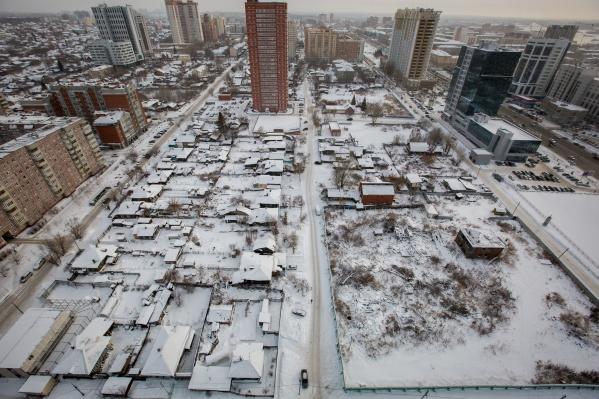 На большом участке (справа внизу) всё ещё остаётся только один дом