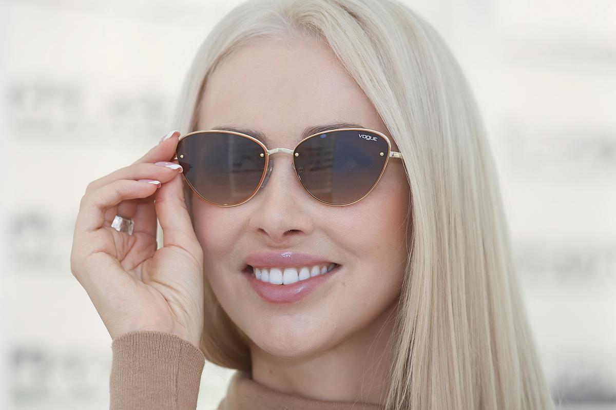 Оправа солнцезащитных очков от Vogue модного в этом сезоне оттенка «тоффи» — цвета молочной ириски