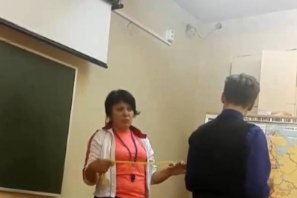 На видео учительница наказывает учеников седьмого класса