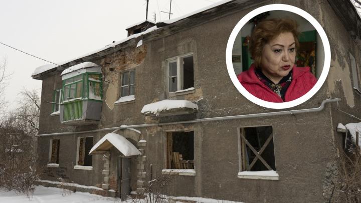 «Я готова на самосожжение»: пенсионерка, которую ЛСР выселяет из дома, показала, как живёт в руинах