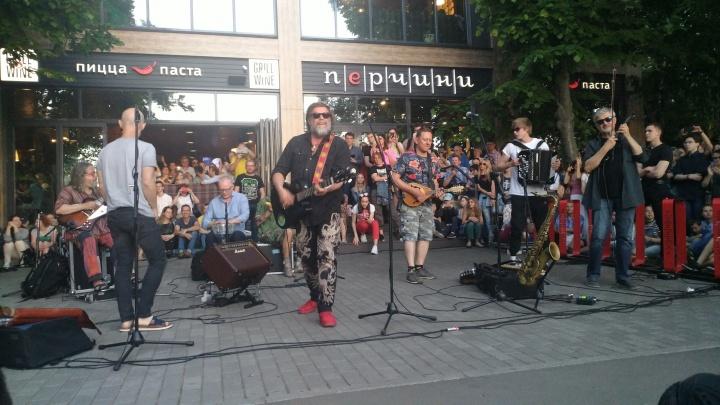 «Вы так долго ждали! Я люблю вас!»: Борис Гребенщиков спел для самарцев на набережной