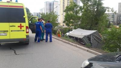 Водителю стало плохо: в Екатеринбурге «Газель» с краской для дорожной разметки опрокинулась в кювет