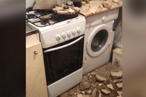 Потолок со страшным грохотом рухнул ночью